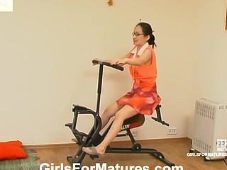 Aged trainer showing a cutie in specs some particular twat eating exercises