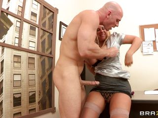 Devon Lee is a hot blonde babe with big bouncy tits that loves a big hard cock between her juicy lips. And Johnny Sins is one lucky fucker to get the chance to have a blowjob form this blonde MILF. He even sucks her nipples, fucks her tits before Devon gave blowjob and spreads her sexy legs in stockings for a good fuck